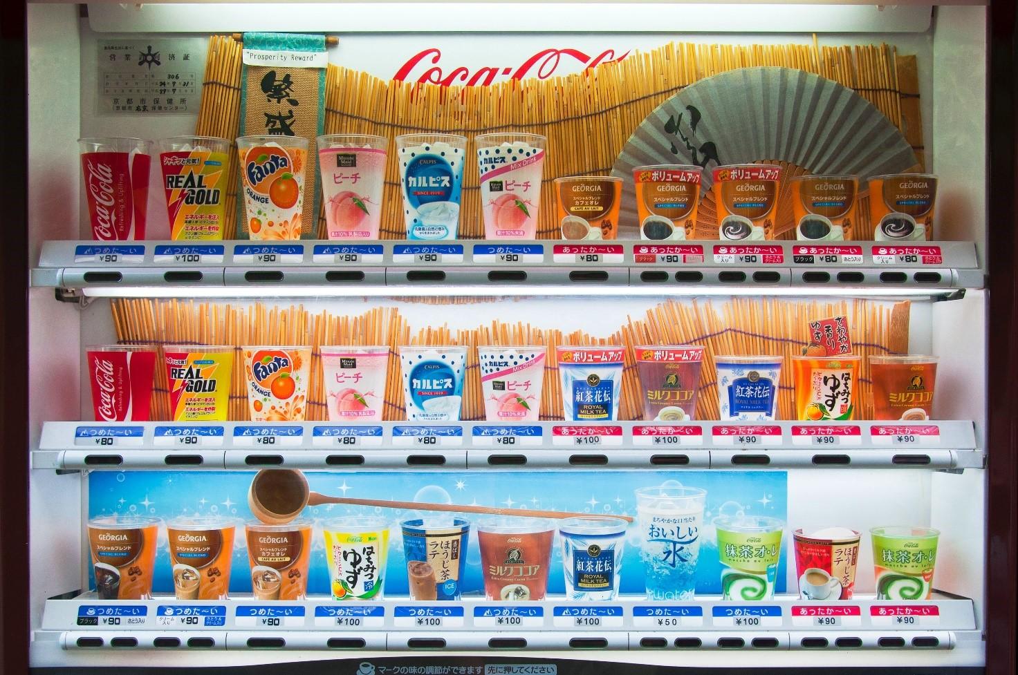 Vetrina di distributore automatico con bevande giapponesi